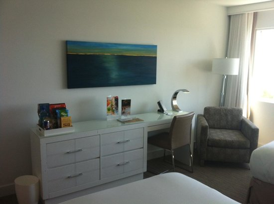 Sonesta Fort Lauderdale Beach : Desk and TV
