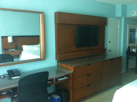 The Westin Beach Resort, Fort Lauderdale: Desk and TV Area