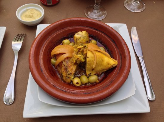 Riad Shama: Tajine de poulet aux citrons confits et olives, un régal.