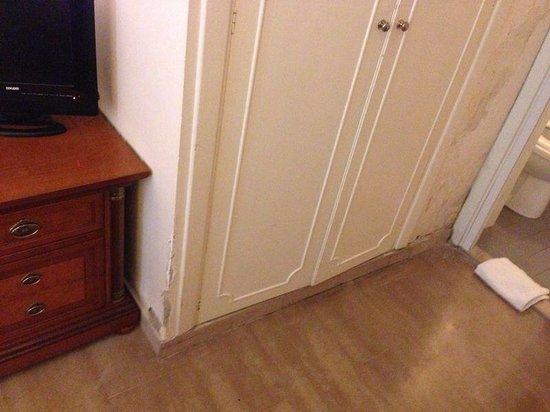 Giolitti Hotel: Muffa e muri scorticato ovunque! Un consiglio.. Non aprite quella porta..!!!!!!!