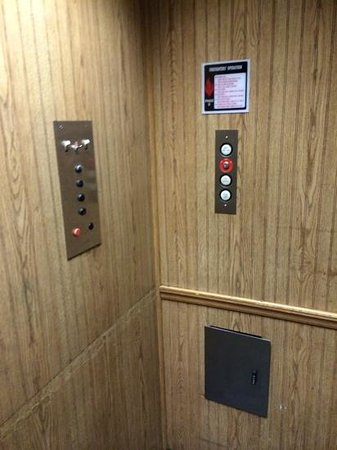 Motel 6 Atlanta Downtown: Lift of the Seventies still in use on Courtland Street? lol
