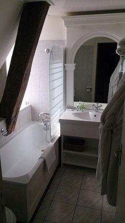 Château Golf des Sept Tours : Salle de bain d'une chambre supérieure