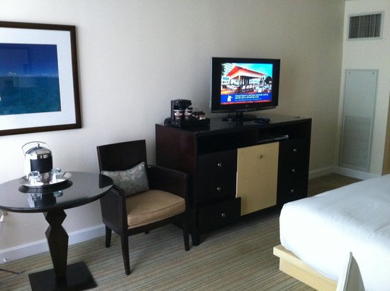 Hilton Fort Lauderdale Marina : Desk and TV