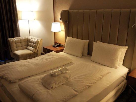 Hilton Bonn Hotel : Die großartige gepolsterte Rückwand des gemütlichen Bettes.