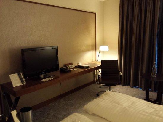 Hilton Bonn Hotel : Fernseher etc.