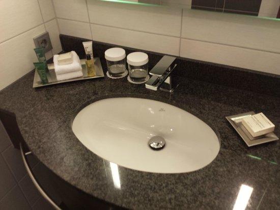 Hilton Bonn Hotel: Waschbecken Im Badezimmer Mit Hygieneartikeln.