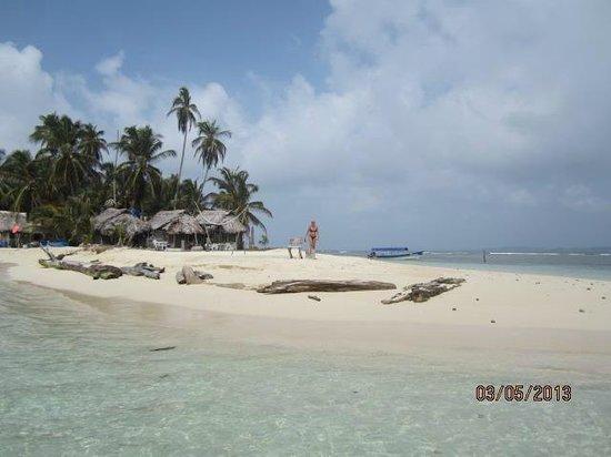 Cabanas Coco Blanco: Vista de la playa y las cabañas desde el mar