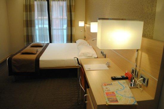 iQ Hotel Roma: Bed and Desk