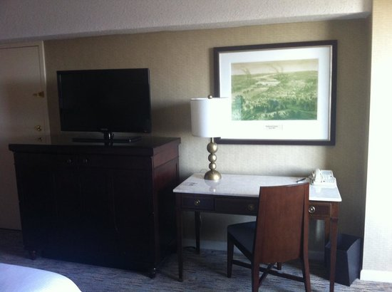 Omni Richmond Hotel: Desk and TV Area