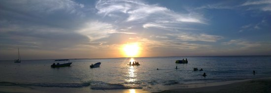 Bananarama Beach and Dive Resort: Sunset from the beach in front of Bananorama