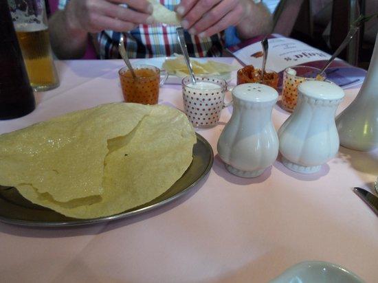 Raja's Restaurant: poppadoms and pickle to start