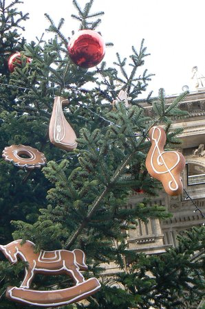 Hungarian State Opera House (Magyar Allami Operahaz) : Christmas tree & gingerbread decorations