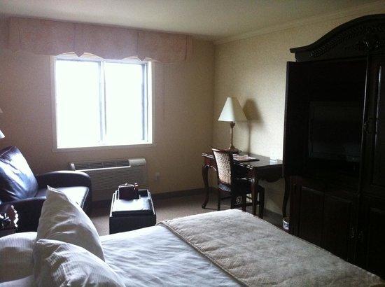 Le St-Christophe - Hotel & Spa: Desk and TV area