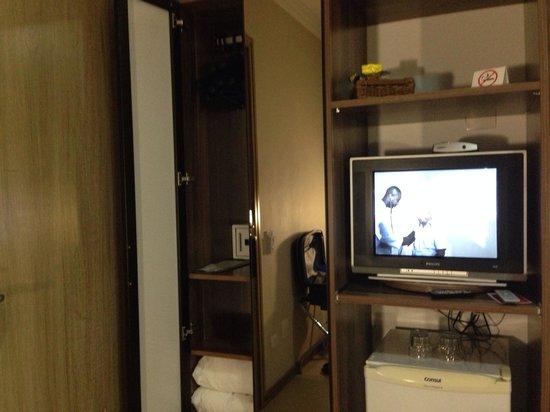 Hotel Florenca: Quarto... TV e frigobar