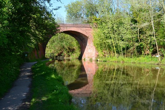 Wilts & Berks Canal: The canal and old railway bridge