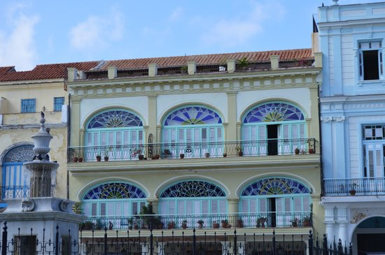 Place Vieille (Plaza Vieja) : restored building on the square