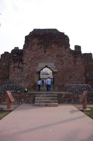 Isa Khan's Tomb: der Eingang zum Park