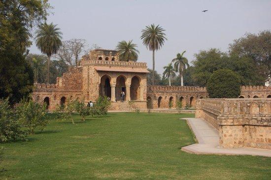 Isa Khan's Tomb: das seitliche Gebäude