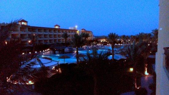 Amwaj Blue Beach Resort & Spa : قبل الفجر حمام السباحة الرئيسي