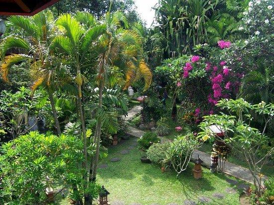 Hotel Puri Cendana: hotel grounds