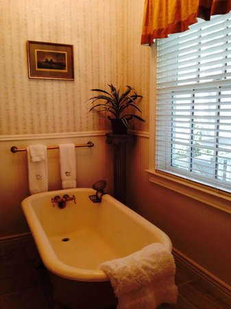 The Foxes Inn: Clawfoot tub for 2