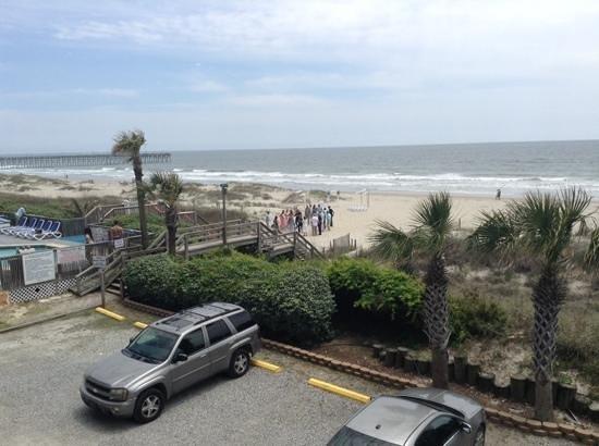 Ocean Isle Inn: beach front!