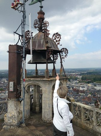 Tour et Crypte de la Cathédrale de Bourges : Atop perhaps 500 steps is a rickety single bell -- a microwave station