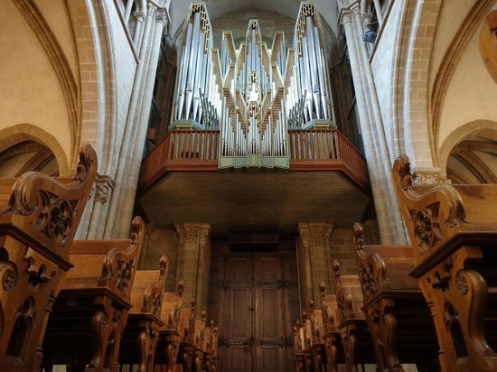 Cathedrale de St-Pierre : a view of the church organ