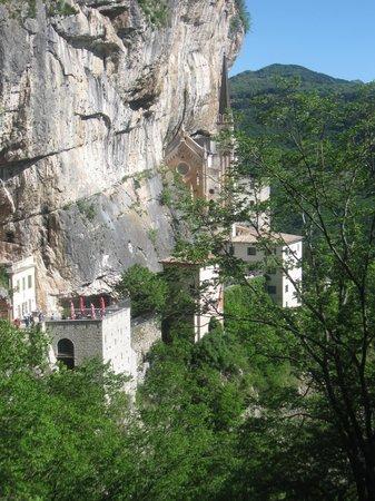 Santuario Basilica Madonna della Corona: Location e santuario di rara bellezza