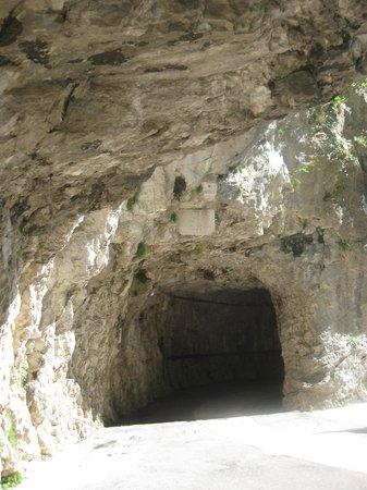 Santuario Basilica Madonna della Corona: Il santuario scolpito nella grotta (entarta  tunnel )