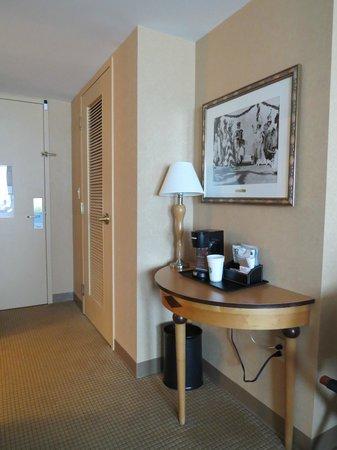 Sheraton Atlantic City Convention Center Hotel: Coffe/Tea area - Closet - Doorway