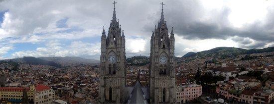 Basílica: Vista de las dos torres. Al fondo en el centro, El Panecillo