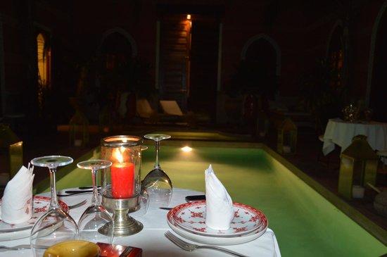 Riad Alili: Patio piscine de nuit (repas)