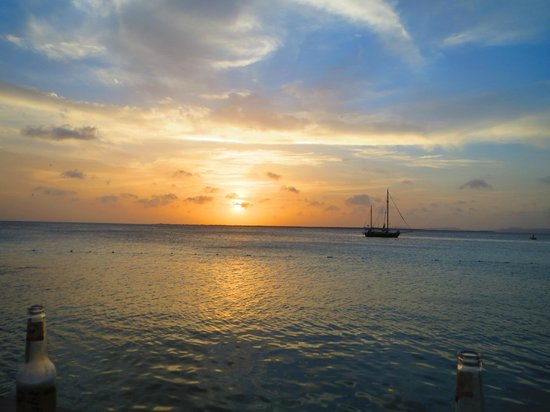 Divi Flamingo Beach Resort and Casino: Sunset at the daily happy hour