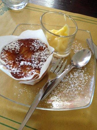 La Polenteria: Tortino di mele con crema pasticciera.