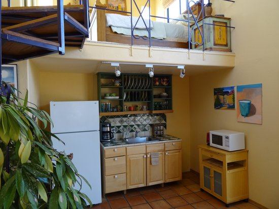 Azure Gate Bed and Breakfast: Santa Ana Kitchenette Area