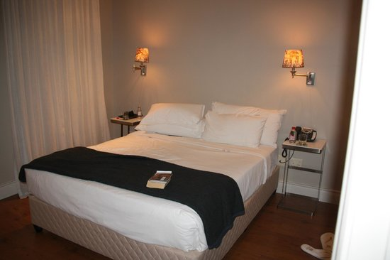 Cape Royale Luxury Hotel: Bedroom with large king bed