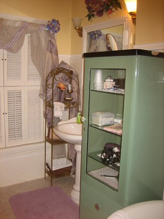 Tuck U Inn at Glick Mansion: Antique pieces used for storage in our bathroom.