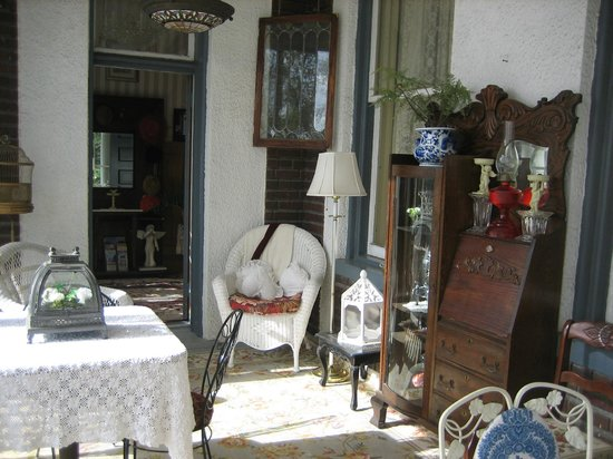 Tuck U Inn at Glick Mansion: Even antiques out on the porches.