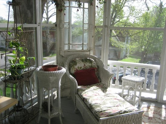 Tuck U Inn at Glick Mansion: Everything about the screened porch is lovely.