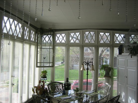 Tuck U Inn at Glick Mansion: The sunroom provides pretty views while eating or having a small meeting.