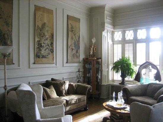 Tuck U Inn at Glick Mansion: Enjoy the birds in the formal living room.