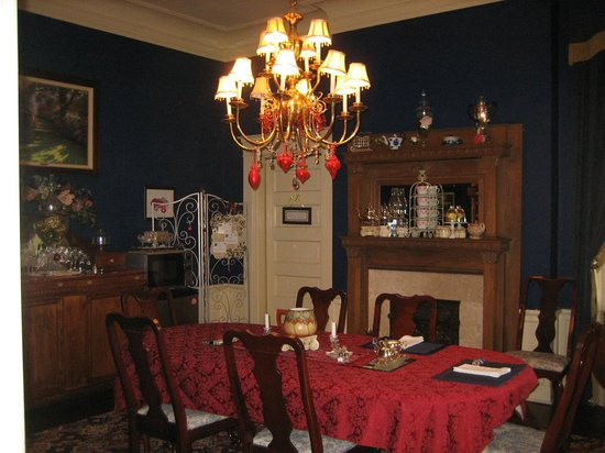 Tuck U Inn at Glick Mansion: Wait until you see the choice of teas in the formal dining room!