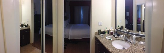 Residence Inn Orlando Lake Mary: Bathroom/ Bedroom