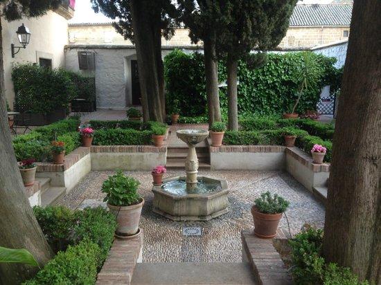 Parador de Ubeda : Patio de los cipreses