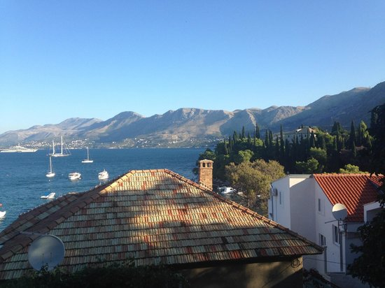 Hotel Cavtat: View from room of bay and mountains