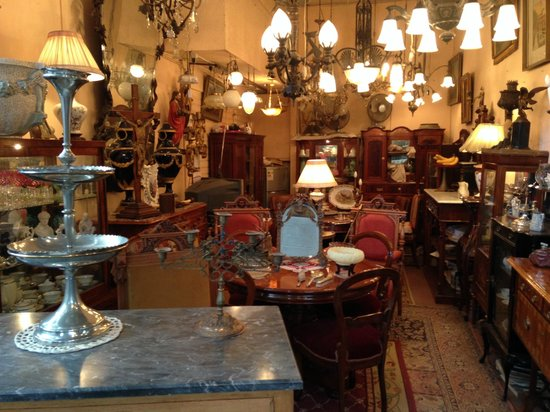 Santiago de Chile. Galpones Balmaceda, antigüedades en bonitos puestos.