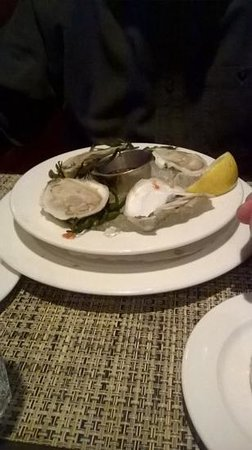 Max's Tavern: oysters, no cocktail sauce or horseradish, yucky lemon wedge