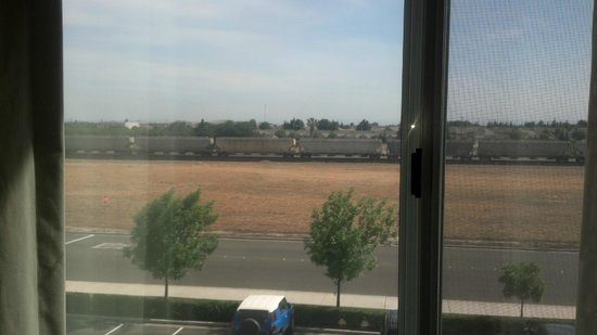 Fairfield Inn & Suites Turlock: Train going by from room window in front (East) side of hotel