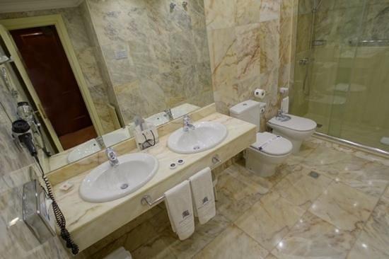 Hotel de Londres y de Inglaterra: the huge bathroom